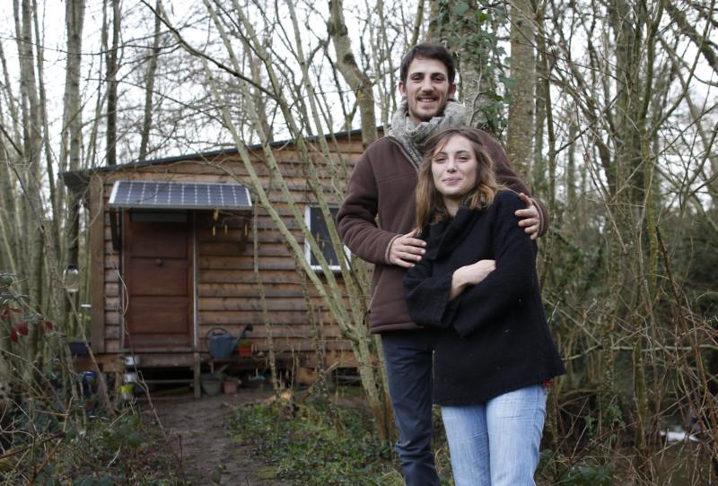 Marion et Tom devant leur cabane début 2018. (Stéphane Mahé/Les Autres Possibles)