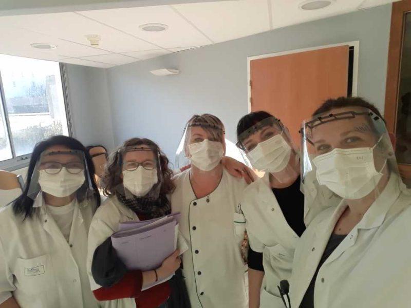 Les bénévoles du FabLab de Saint-Nazaire ont produit 4000 visières de protection contre le virus Covid-19, notamment destinées an personnel soignant. (Crédit : BlueLab)
